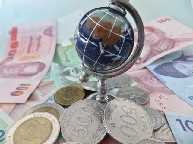 ブログ記事トップ画像_地球儀と各国紙幣