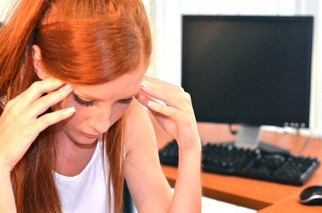 ブログ記事画像_パソコンと頭を抱える女性