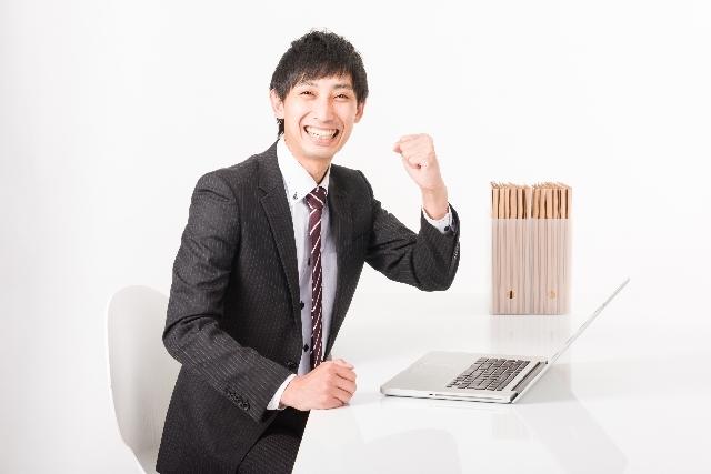 ブログ記事_トップ画像_ガッツポーズするビジネスマン