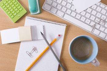 ブログ記事_トップ画像_パソコンとノートとコーヒー