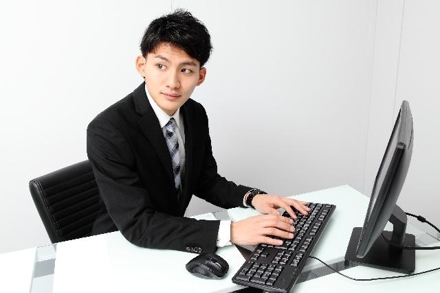 ブログ記事_トップ画像_パソコンとビジネスマン