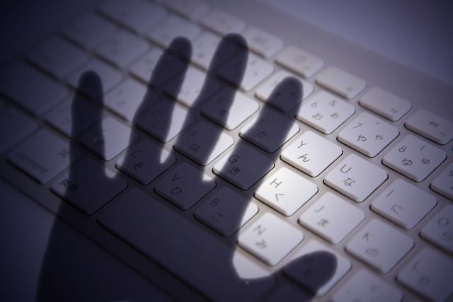 ブログ記事_トップ画像_パソコンに伸びる影