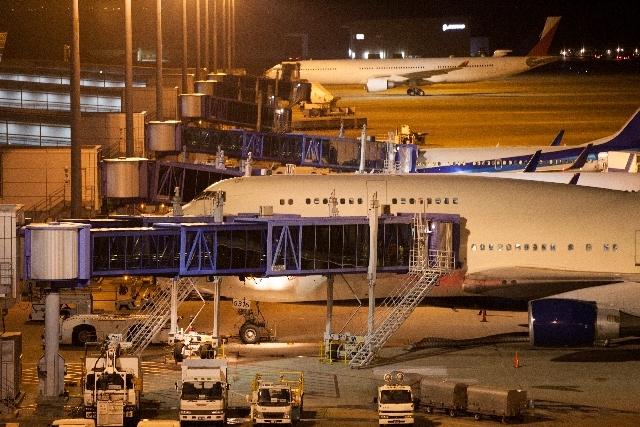 ブログ記事_トップ画像_空港の積み荷と飛行機