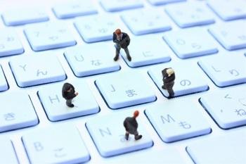 ブログ記事_トップ画像_PCキーボード上のサラリーマンたち