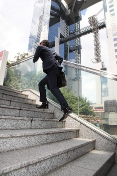 階段を駆け上がるサラリーマン