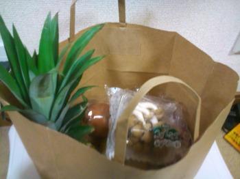 紙袋に入れられた野菜